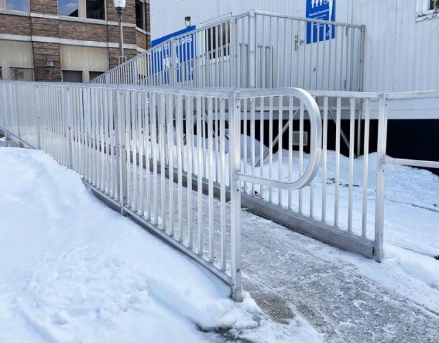 Installation de rampes d'accès pour fauteuils roulants dans un environnement commercial