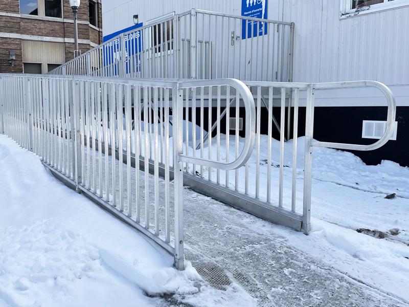 Rampe d'accès commerciale en hiver